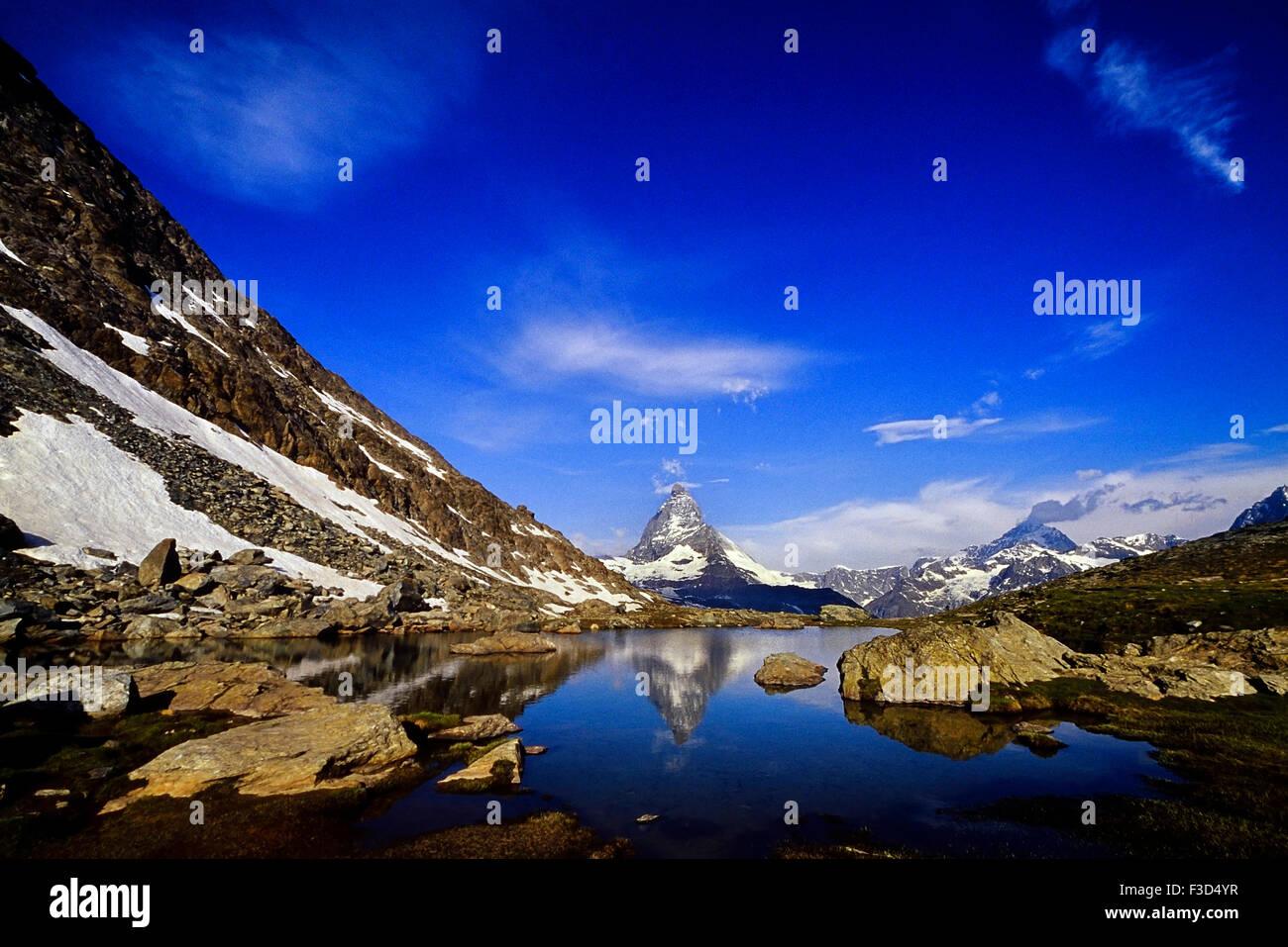 Das Matterhorn spiegelt sich in einem Bergsee oberhalb von Zermatt. Schweiz. Europa Stockbild