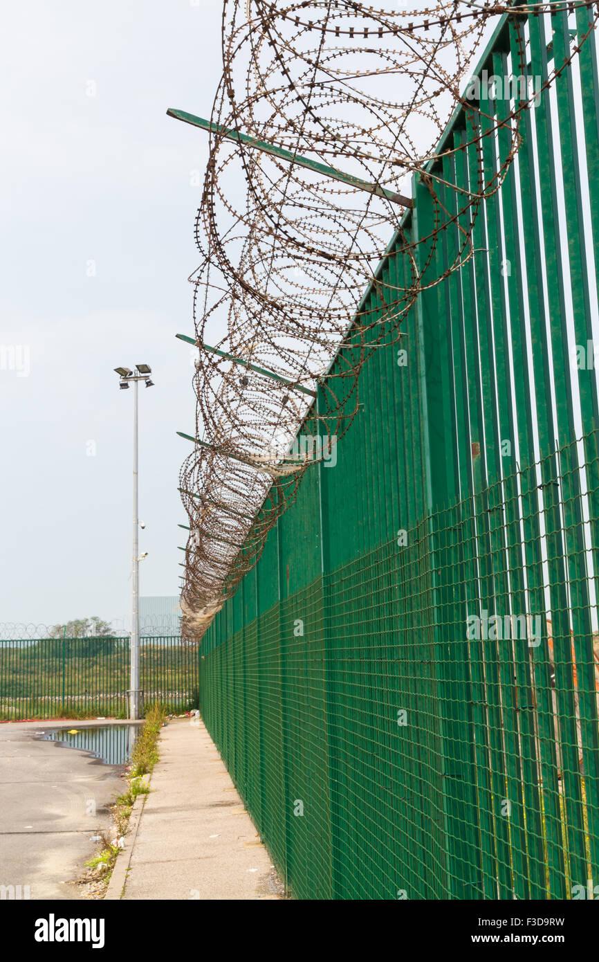 Grenze im Bereich der Fährhafen. Zaun und Stacheldraht, Flüchtlinge ...