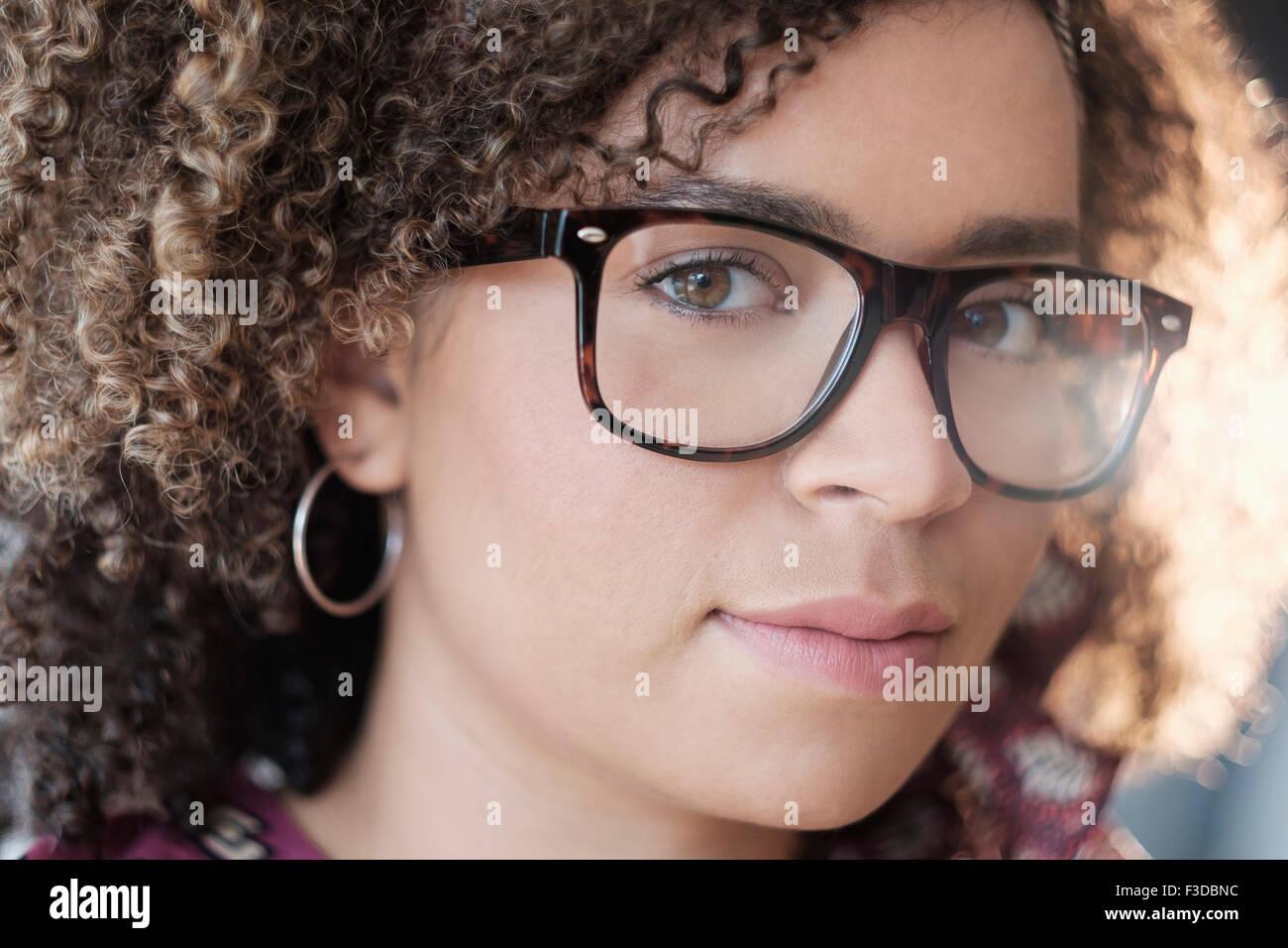Porträt Frau mit lockigem Haar Stockbild