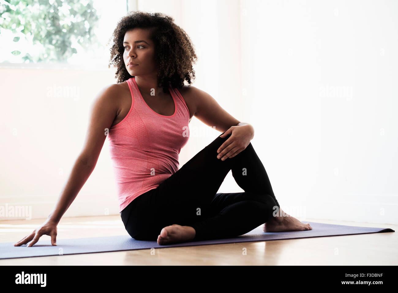 Porträt der jungen Frau im Fitnessstudio Stockbild