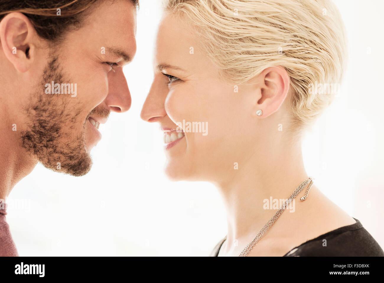 Paar von Angesicht zu Angesicht auf weißem Hintergrund Stockbild