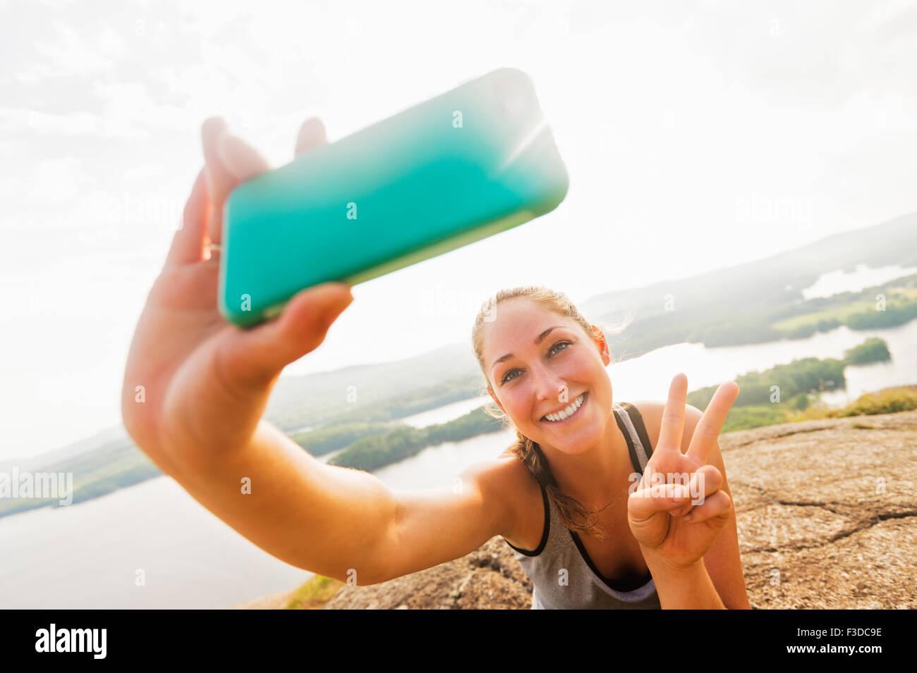 Junge Frau, die die Selfie auf Smartphone Stockbild