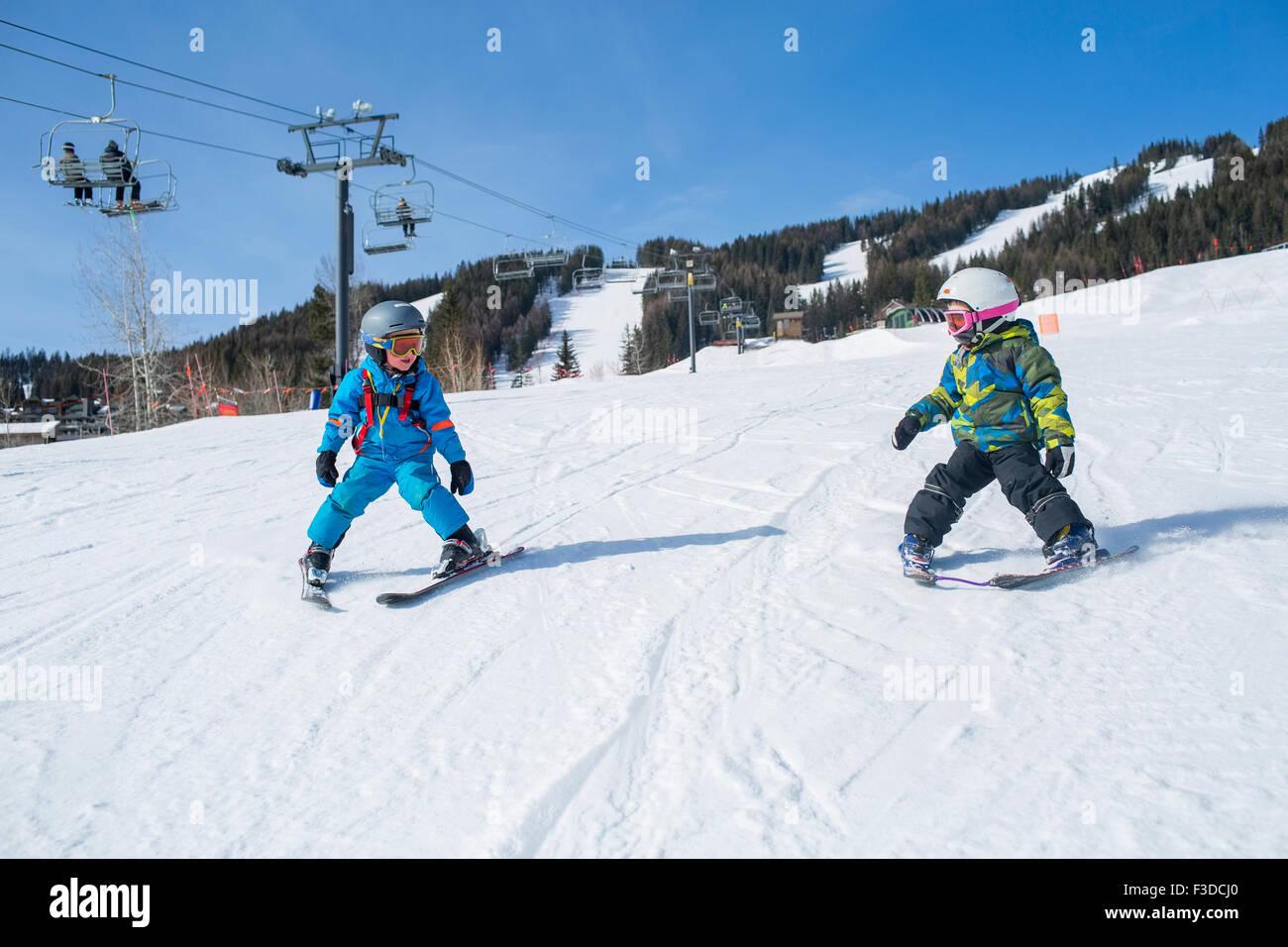 Kleine Jungs (4-5) lernen Skifahren Stockbild