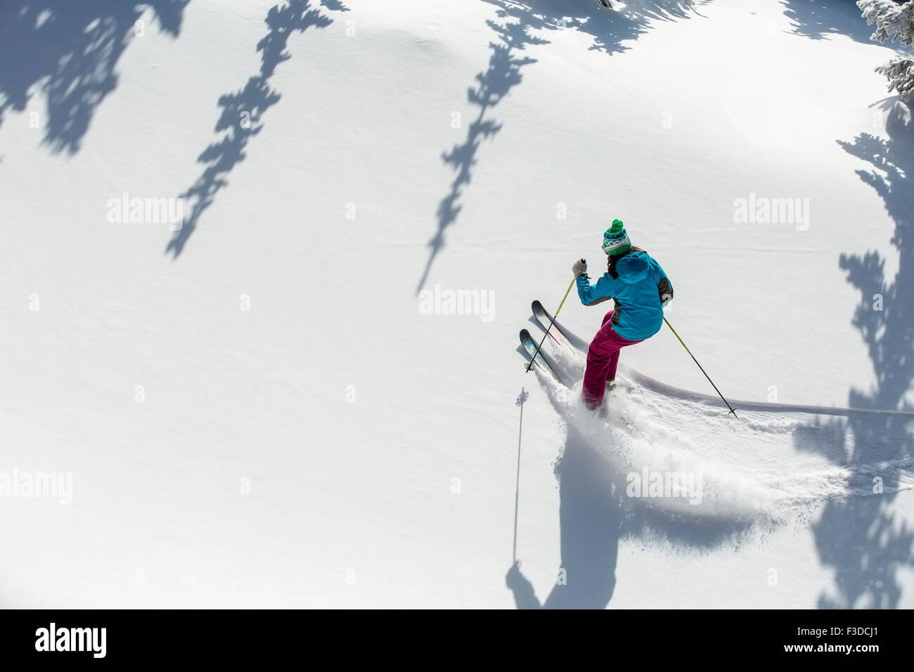 Erhöhten Blick auf Frau Skifahren Stockbild
