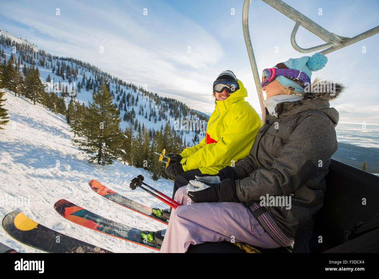 Paar in Skibekleidung sitzen am Skilift Stockfoto