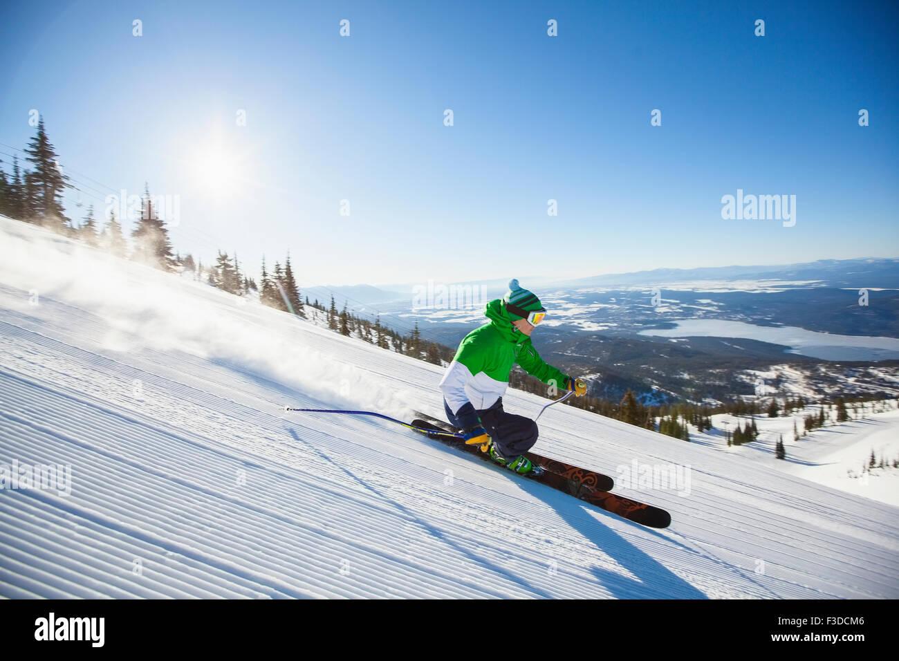 Reifer Mann auf Skipiste im Sonnenlicht Stockbild