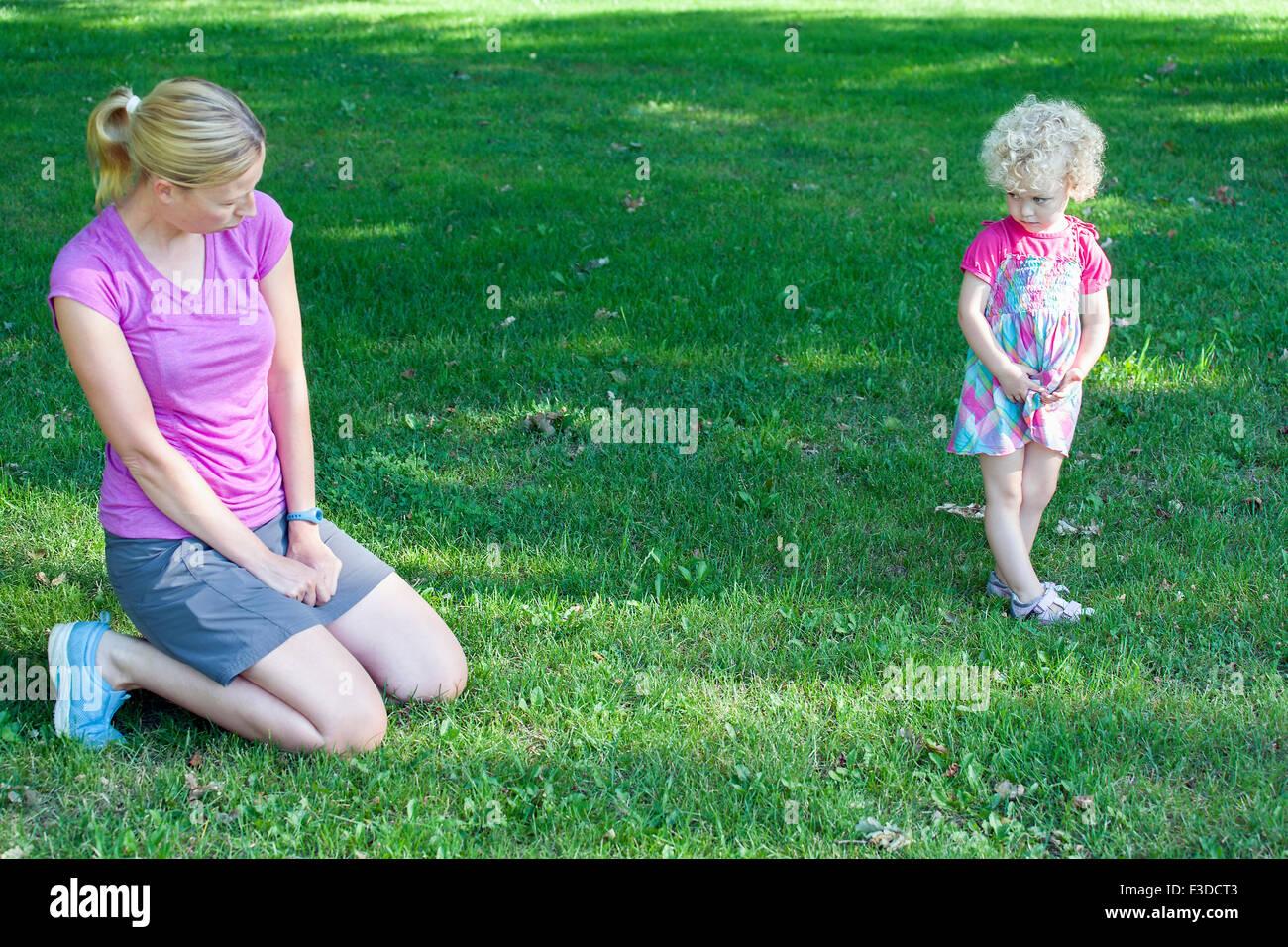 Mutter Tochter kopieren ist Gesichtsausdruck (4-5) Stockbild