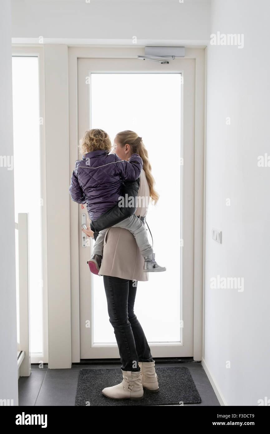 Mutter Sohn Holding (4-5) Stockbild