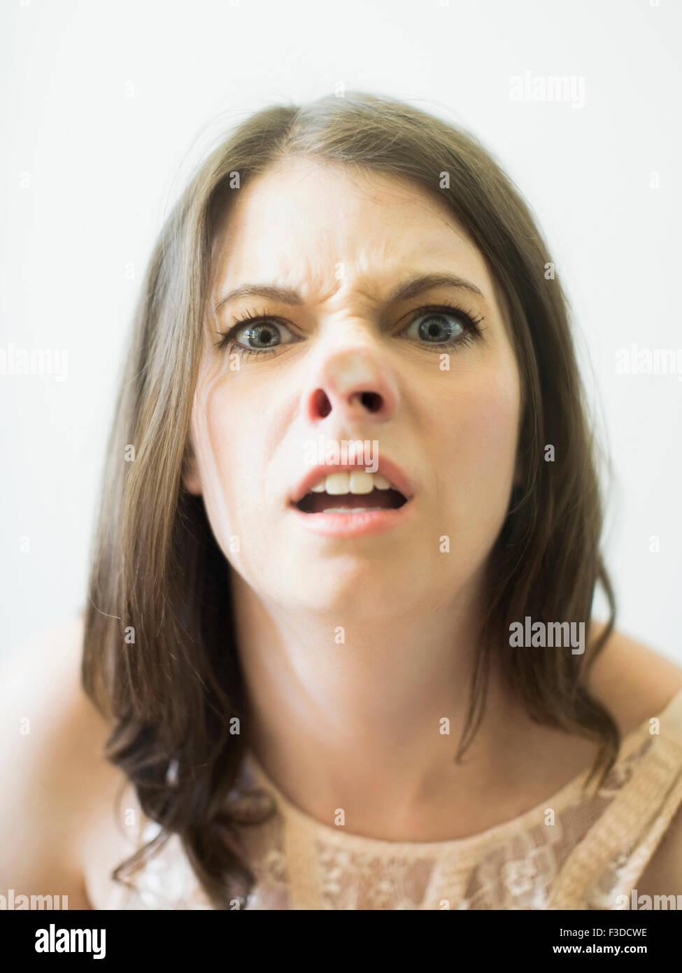 Frau, lustiges Gesicht auf Glas Stockbild