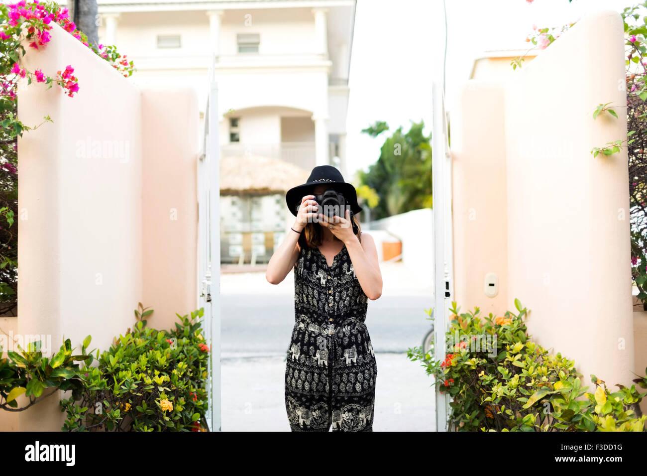 Frau fotografieren während der Ferien Stockbild