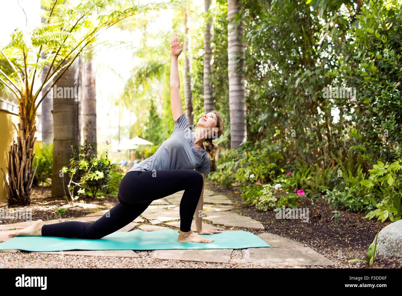 Frau Yoga zu praktizieren Stockbild