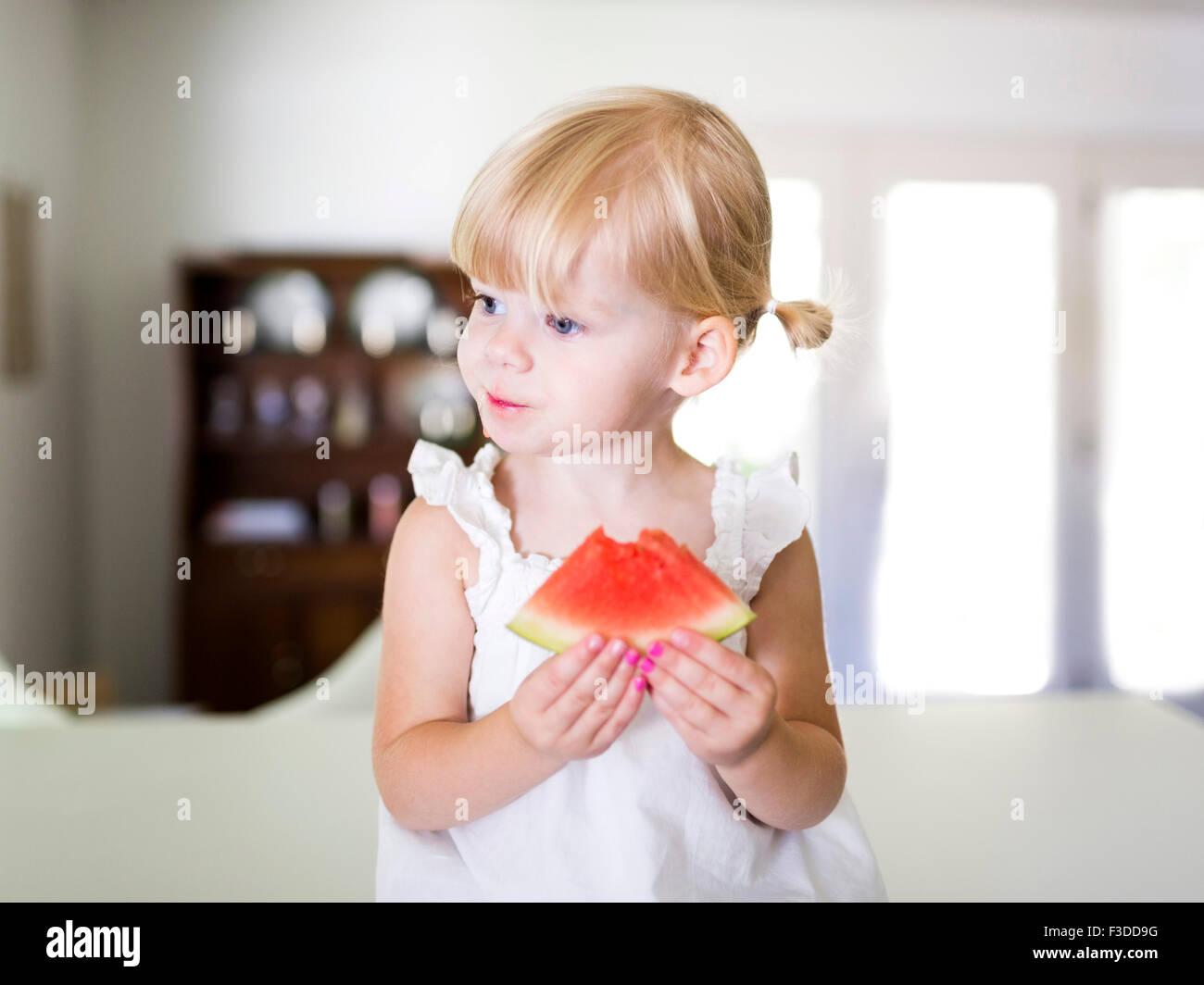 Porträt von Mädchen (2-3) Essen Wassermelone Stockbild