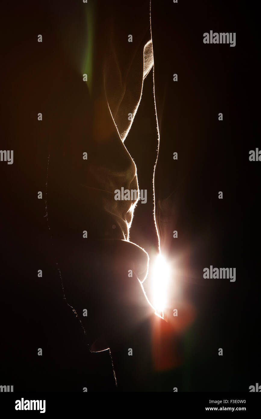 Frau mit Hand in der Tasche, Hintergrundbeleuchtung Stockbild