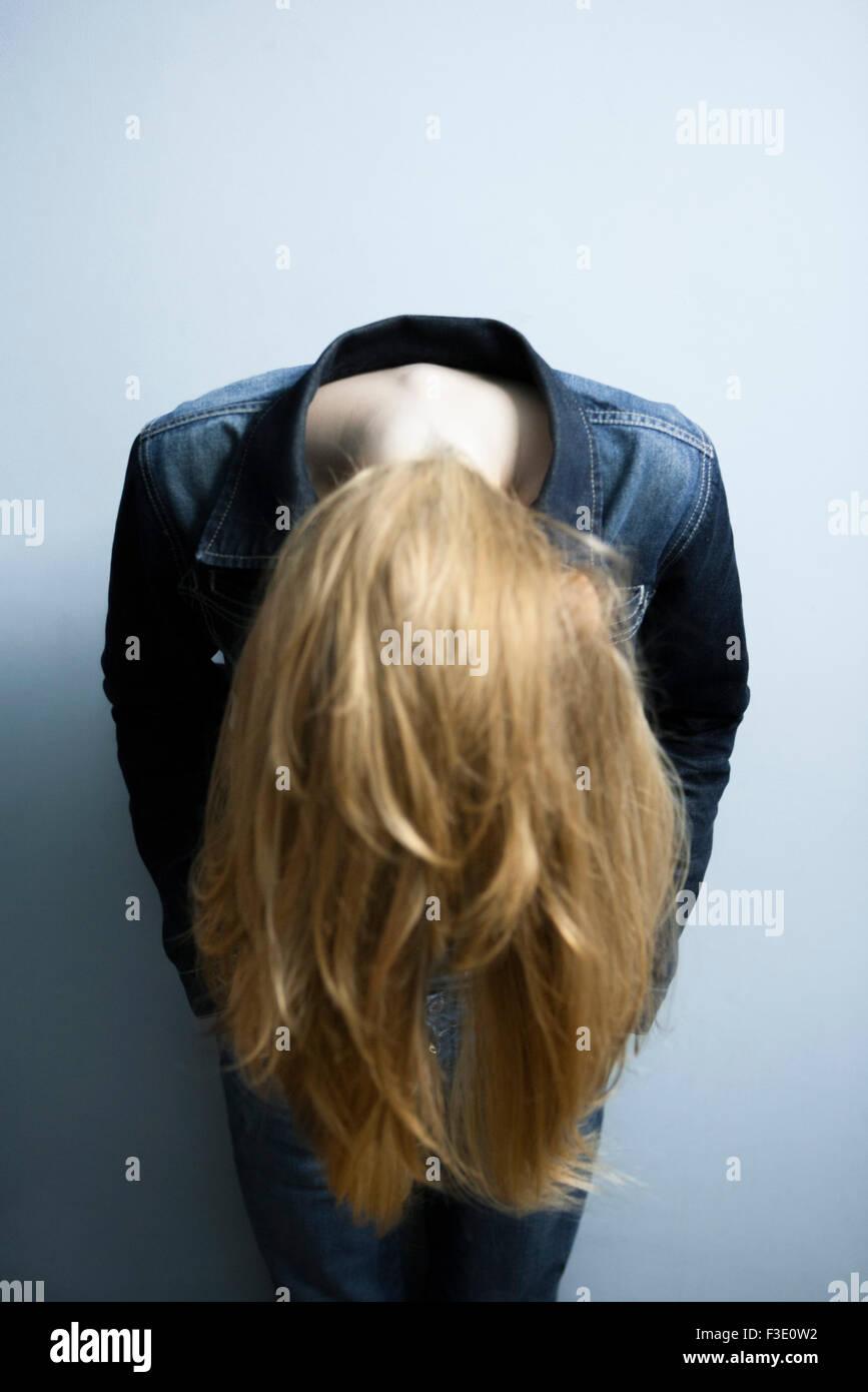 Frau führt nach vorne lassen lange blonde Haare hängen lose Stockbild