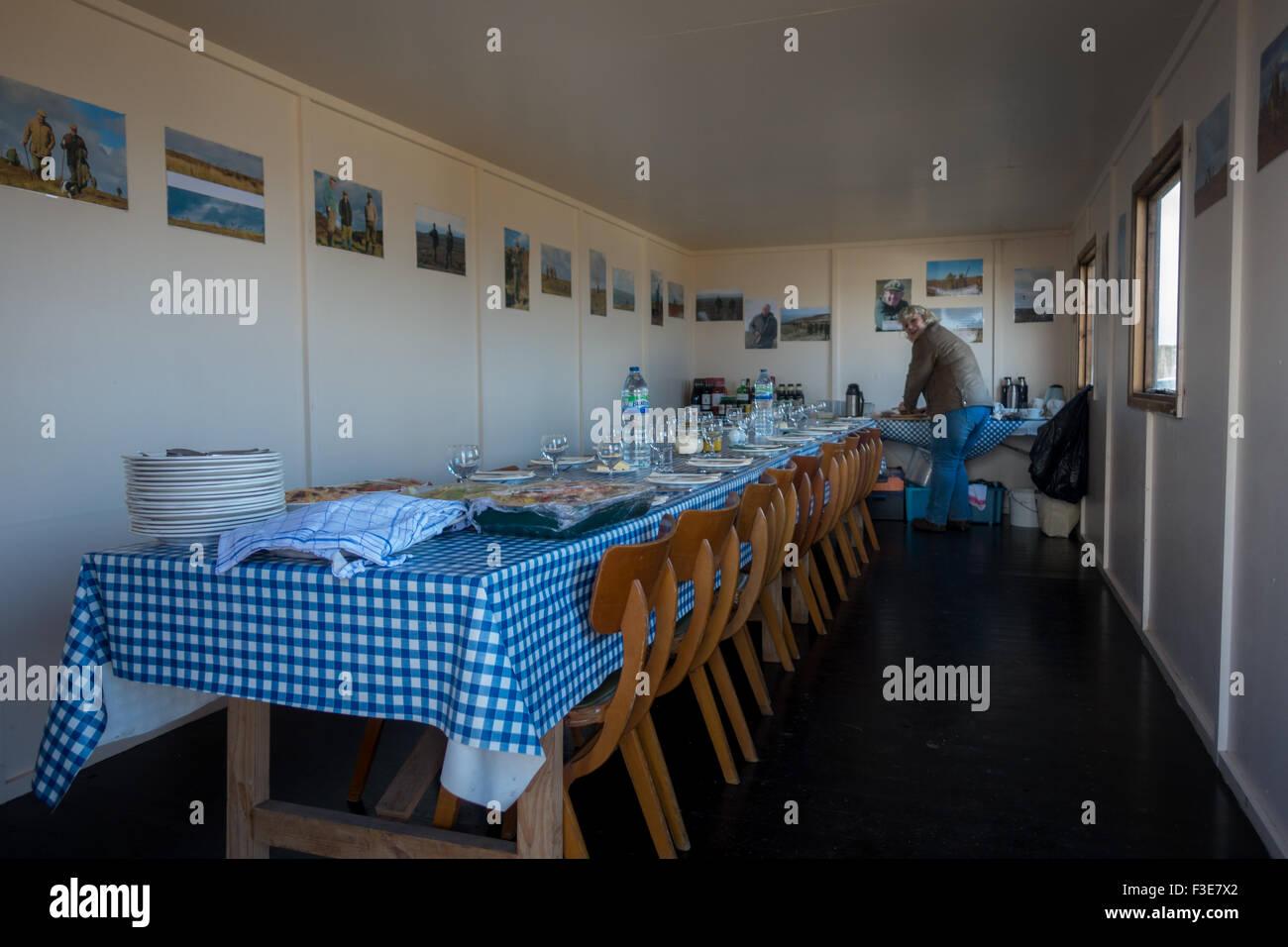 Im Inneren der Moorhuhn-Shooter Hütte auf Burley Moor in Yorkshire, Vorbereitung auf das Post-Shooting fest Stockbild