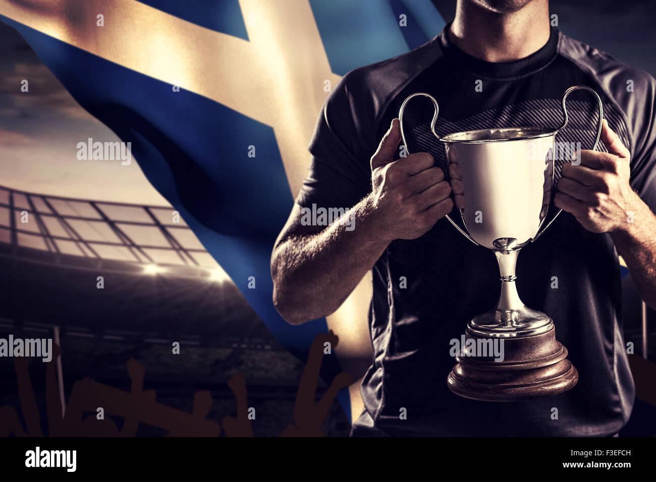 Zusammengesetztes Bild des siegreichen Rugbyspieler holding trophy Stockbild
