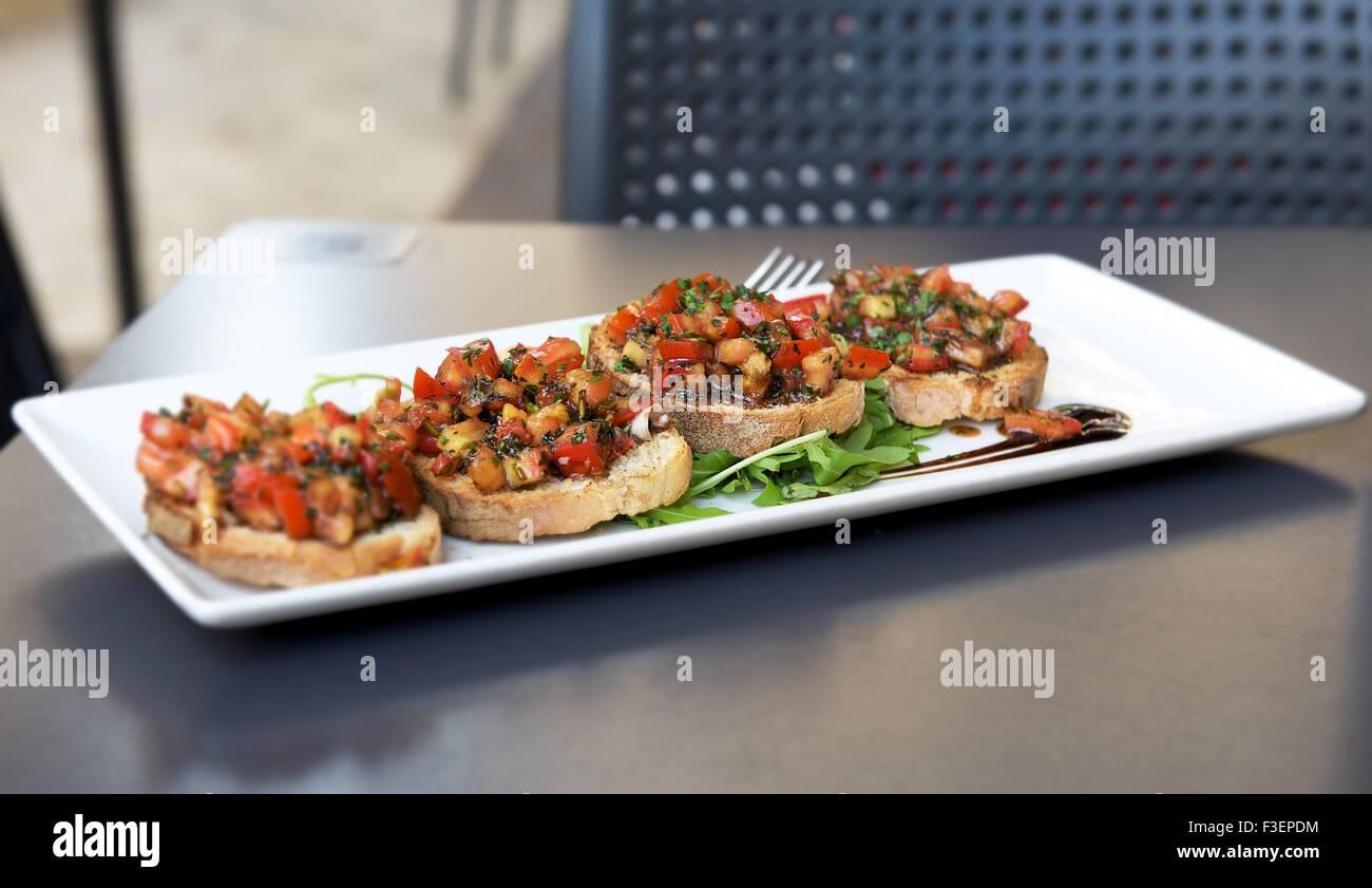 Frischer Thunfisch mit Erdbeeren in graues hellem Hintergrund, sizilianische Küche, italienische Küche, Stockbild