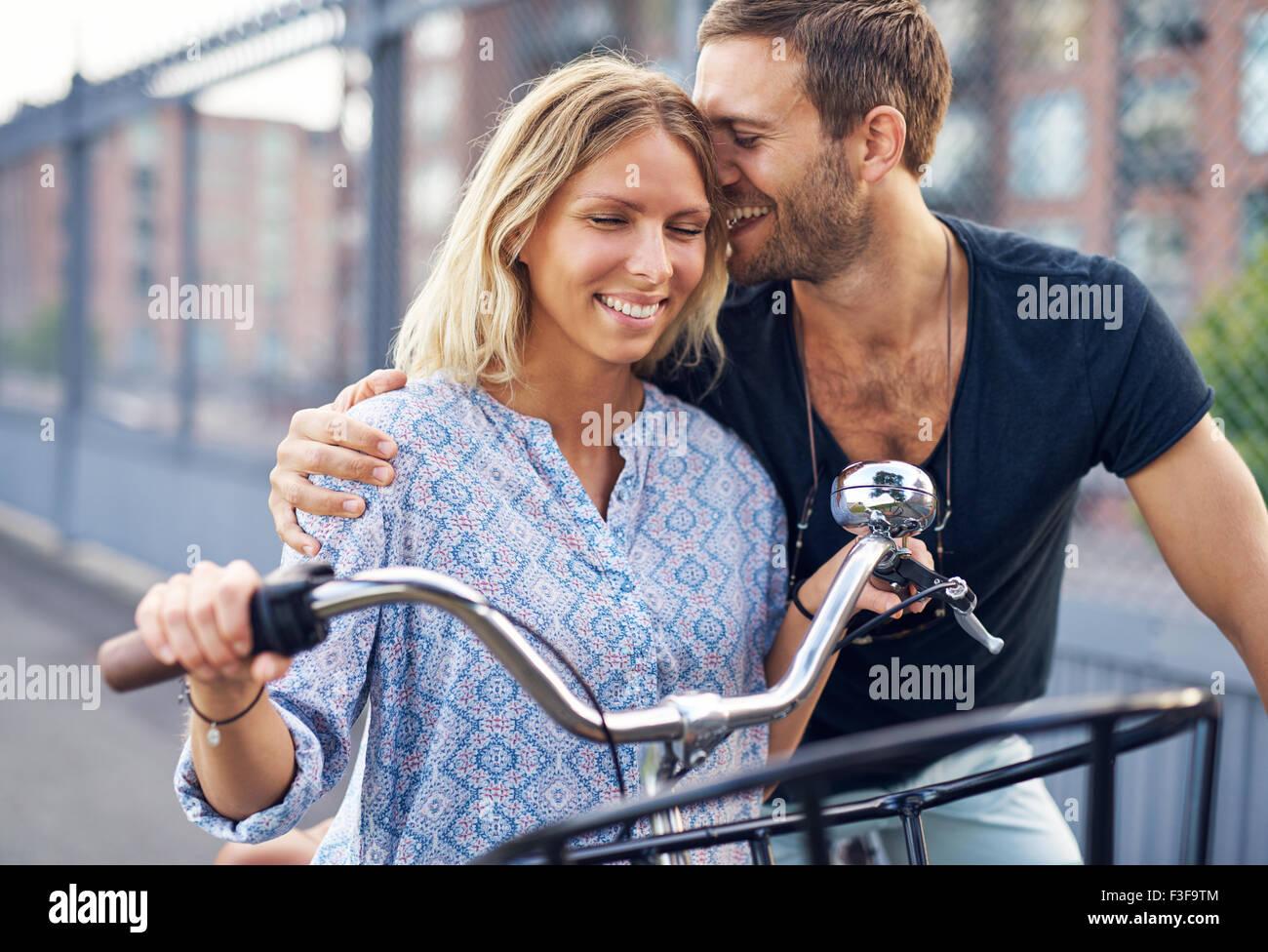 Stadt-paar einander zu lieben, während Sie Fahrrad fahren Stockbild