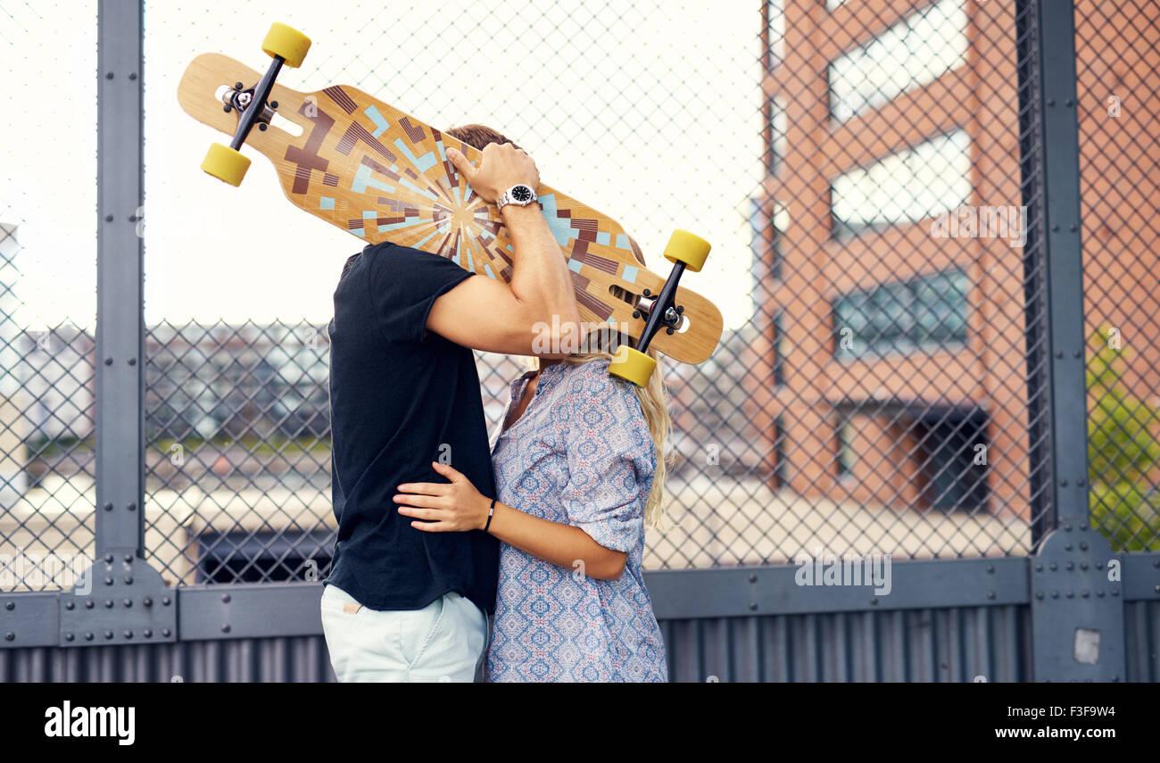 Süßes Paar küssen und liebkosen einander Stockbild