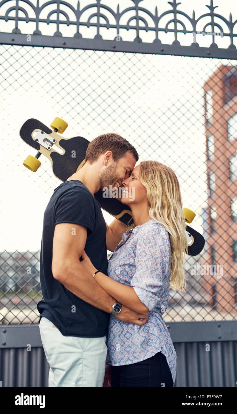 Paar verpasst miteinander und treffen sich in städtischen Umgebung Stockbild