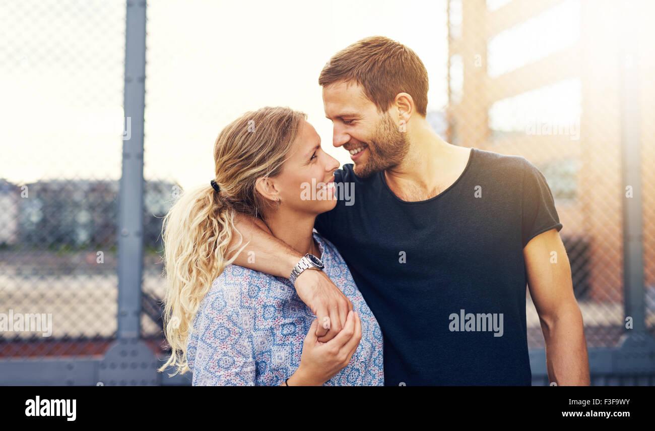 Paar sucht in jedem anderen Augen während lächelnd Stockbild