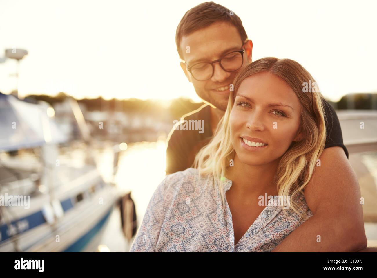 Liebespaar auf einem Boot, in die Kamera Lächeln weiß Stockbild