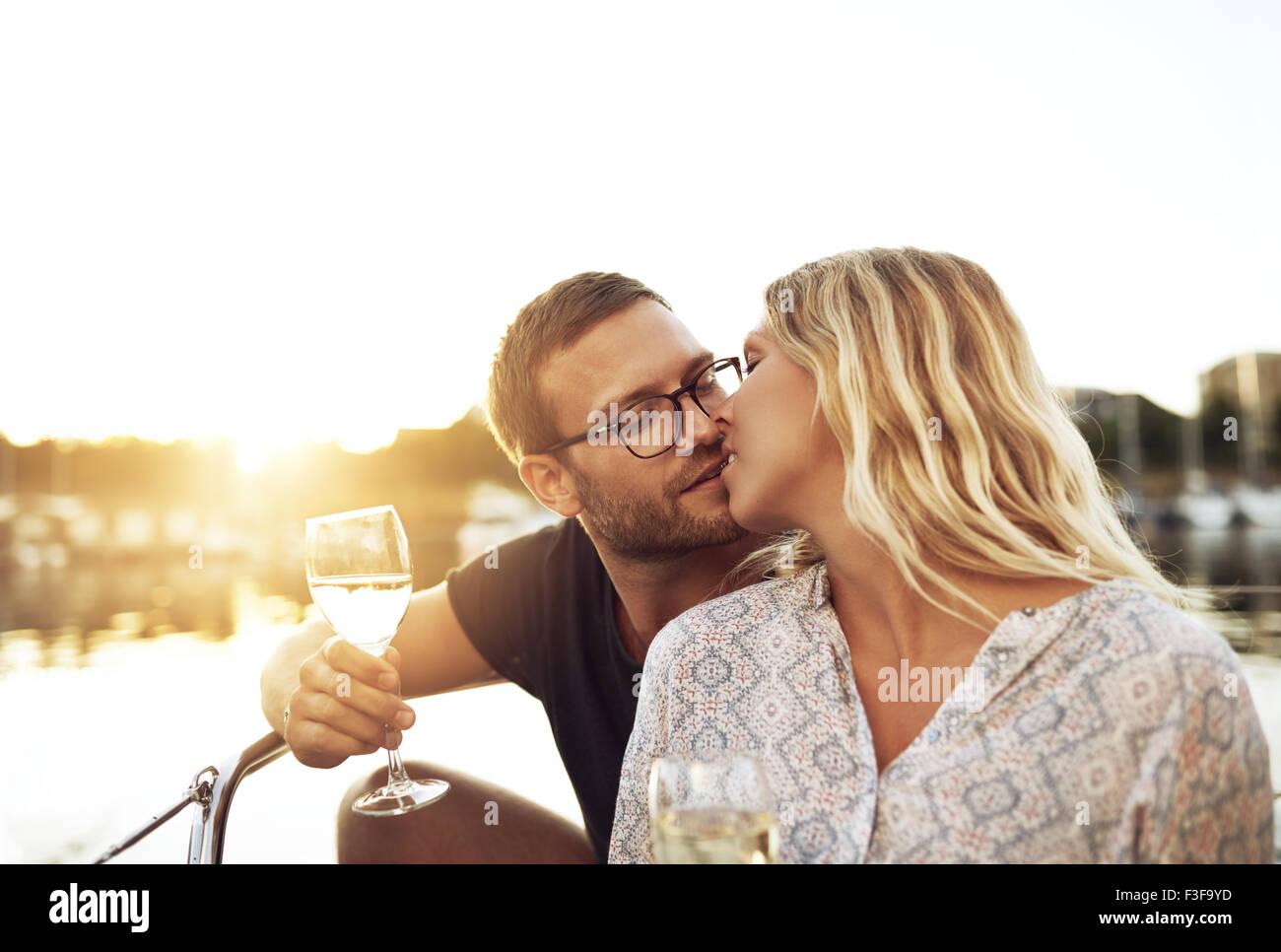 Mann und Frau küssen Sitzen auf einem Boot Stockbild