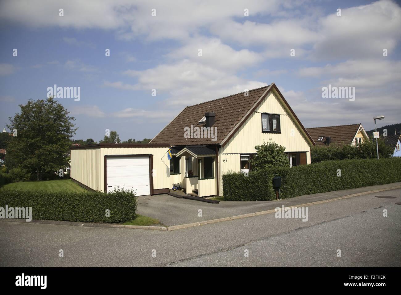 Haus Oder Eine Villa Mit Grunen Zaun Von Buschen Zusammengesetzte