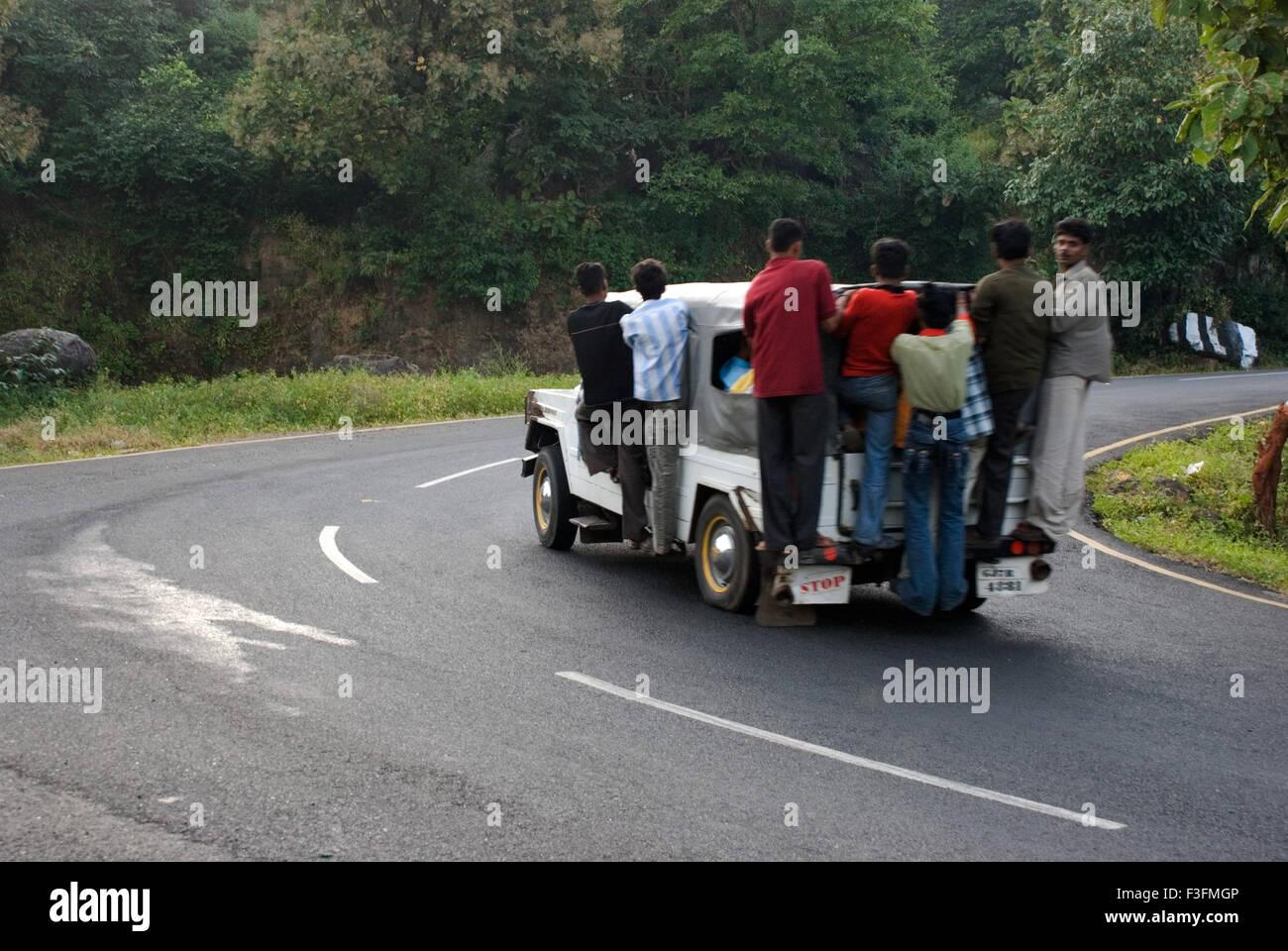 Jeep; Transportmittel auf hügeligen Regionen Champaner Pavagadh; Panchmahals Bezirk; Bundesstaat Gujarat; Indien; Stockbild