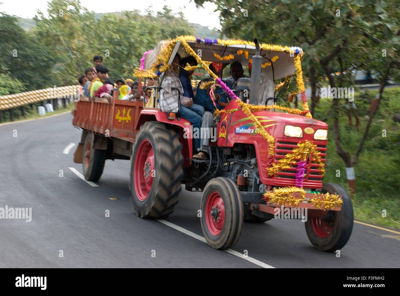 Traktor; Transportmittel auf hügeligen Regionen Champaner Pavagadh; Panchmahals Bezirk; Bundesstaat Gujarat; Stockbild