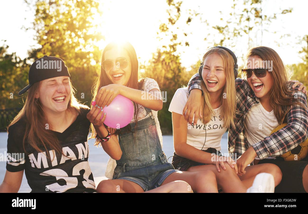 Freunde, die Spaß außerhalb an einem Sommertag Stockbild