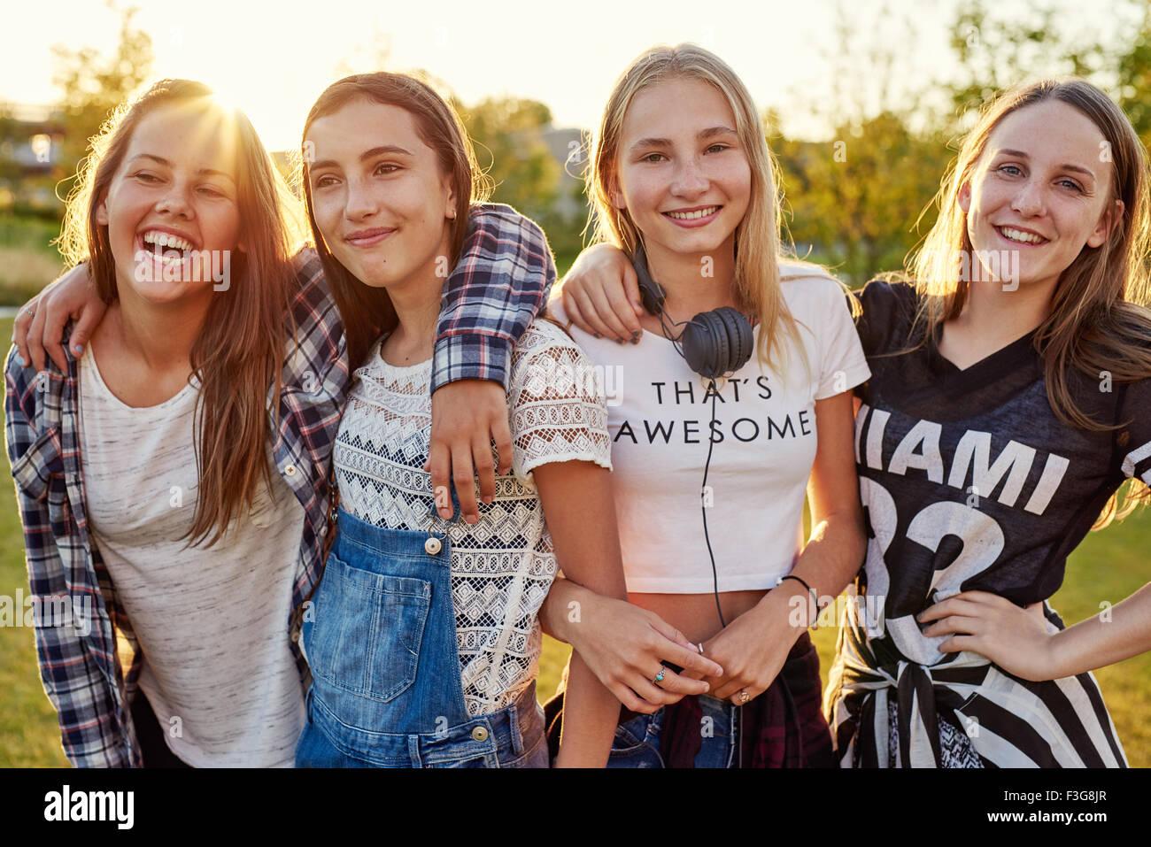 Gruppe von Mädchen im Teenageralter hängen an einem Sommerabend Stockbild