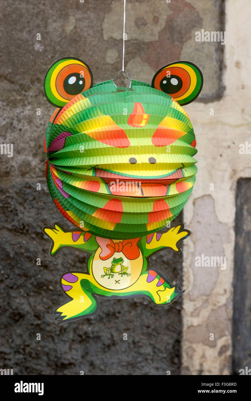 Wandbehang Frosch lustigen Form cartoon Charakter Dekorationsmaterial feiert Weihnachtsfestival gehalten Shop Borivali Stockbild