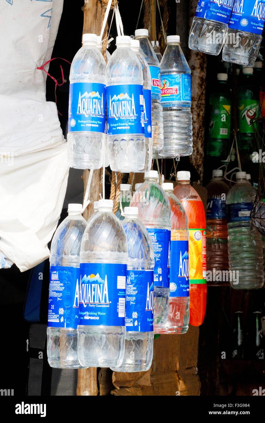 kunststoff flaschen verpackte trinkwasser und kalte getr nke h ngen vor gesch ft zum verkauf in. Black Bedroom Furniture Sets. Home Design Ideas