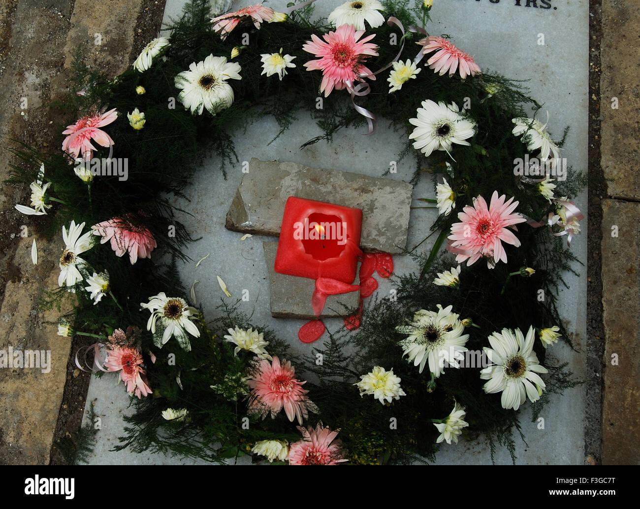 Blumen und Kerzen am Grab für Hommage an die verstorbene Seele am 2. Tag seiner Beerdigung Stockbild
