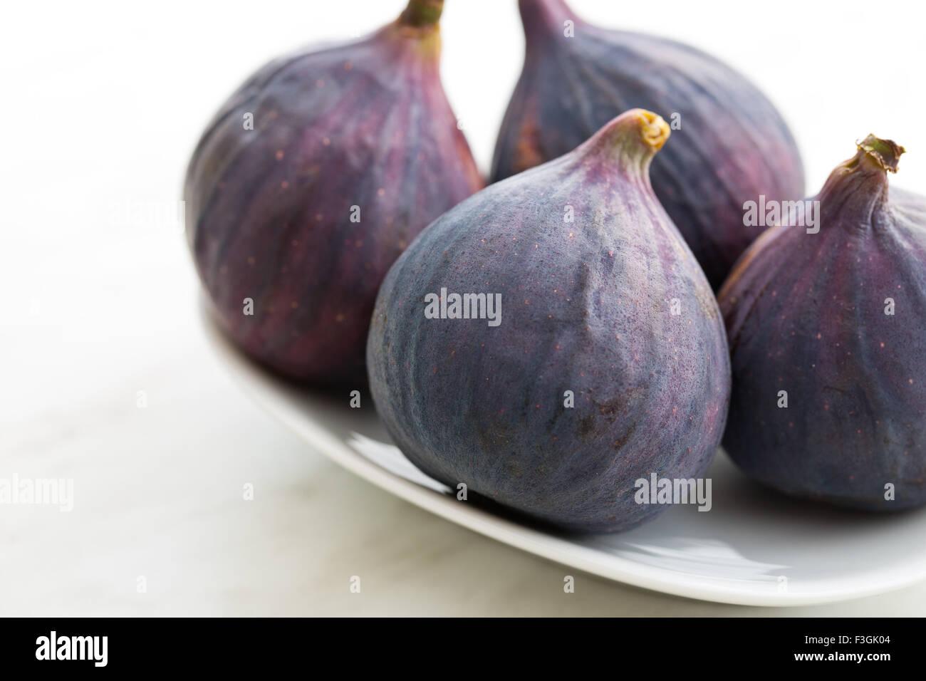 frische Feigen auf Küchentisch Stockbild