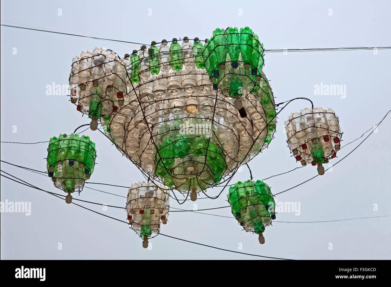 hergestellt aus recyceltem kunststoff limonadenflaschen in der strae hngen kronleuchter pondicherry indien - Kronleuchter In Indien