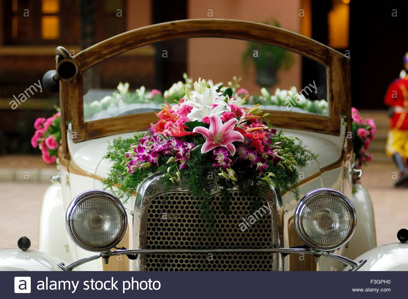 Oldtimer-Modell Alfa Romeo Ford für Baraat im indischen Hochzeit dekoriert; Goa; Indien Stockbild
