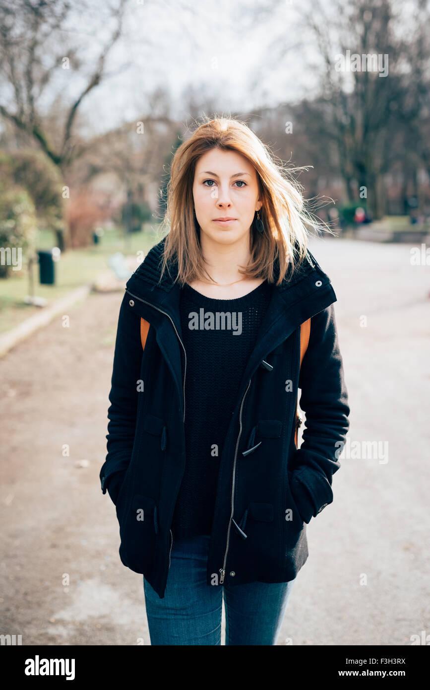 7437af6ad889d Knie-Figur des jungen schönen Hipster sportliche blonde Frau zu Fuß in die  Stadt