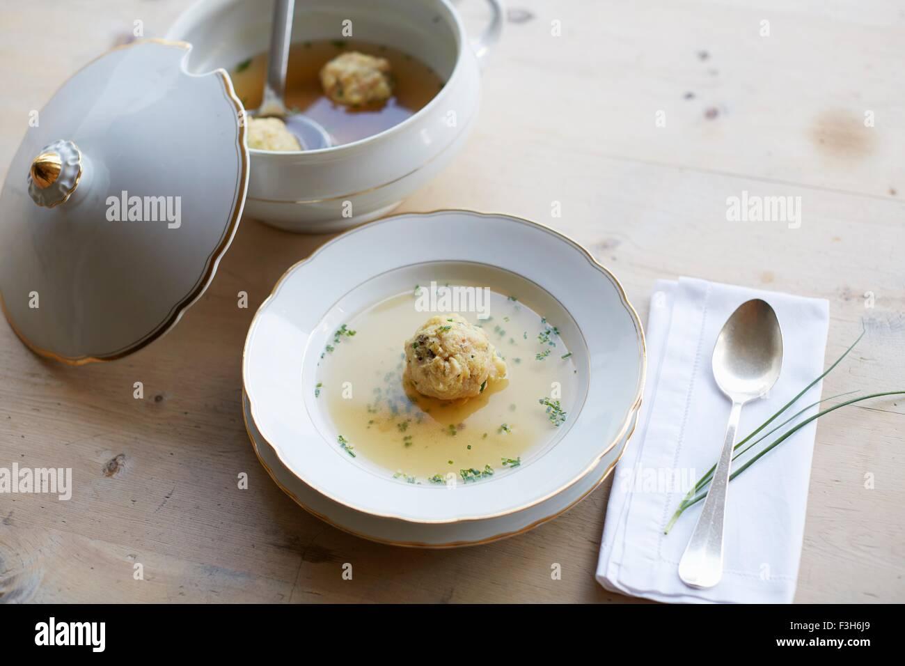 Tisch mit frische Suppe und Kloß in eine Schüssel geben Stockbild
