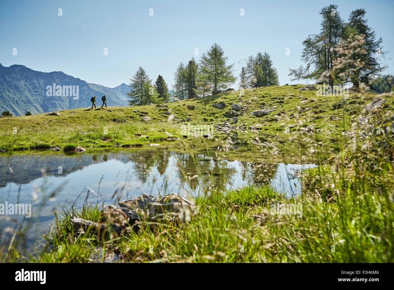 Junge Paar in fernen Wandern Landschaft, Karthaus, Val Senales, Südtirol, Italien Stockbild