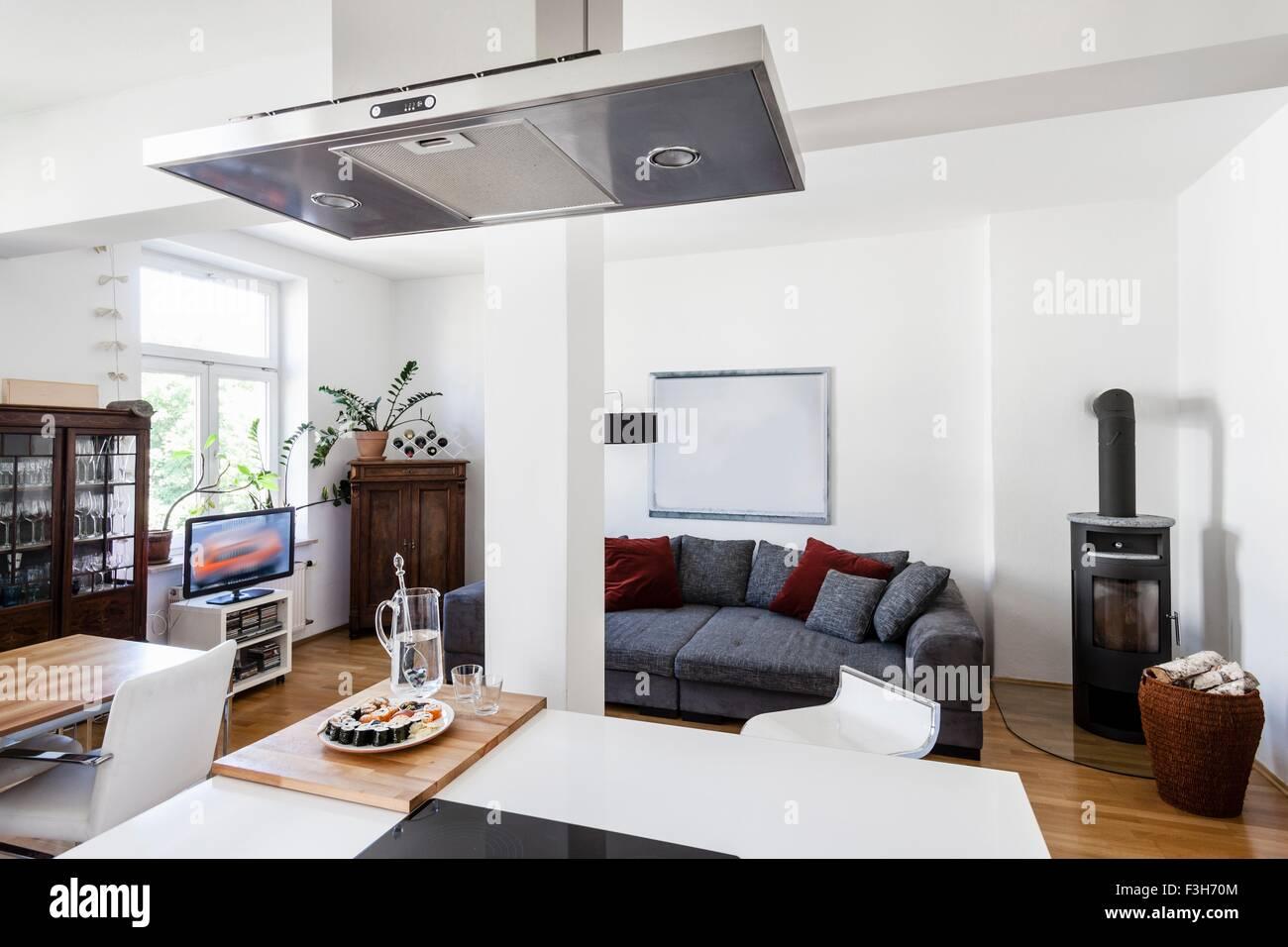 Moderne offene Wohnzimmer und Küche in der Wohnung Stockfoto, Bild ...