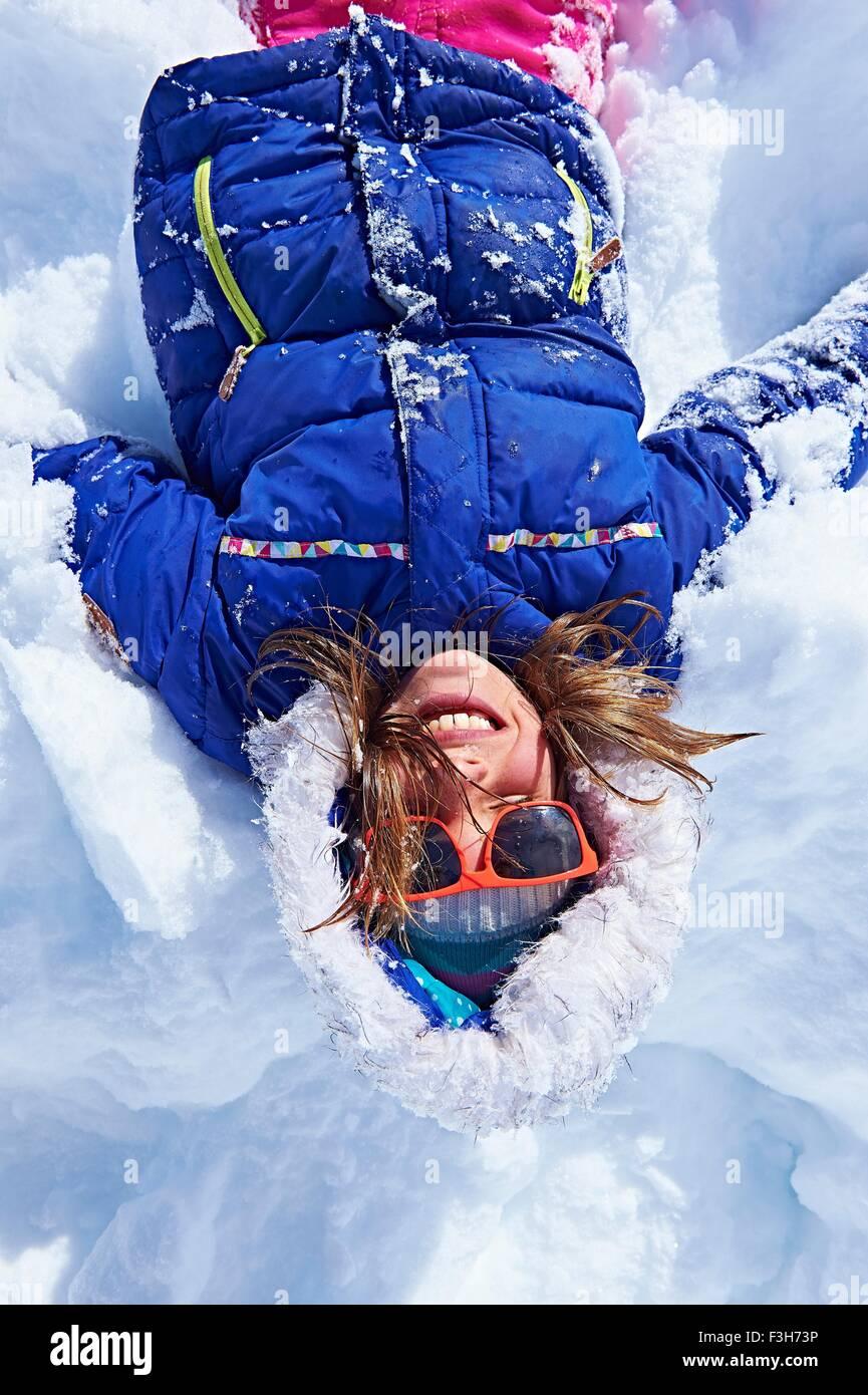 Mädchen liegend im Schnee, Chamonix, Frankreich Stockbild