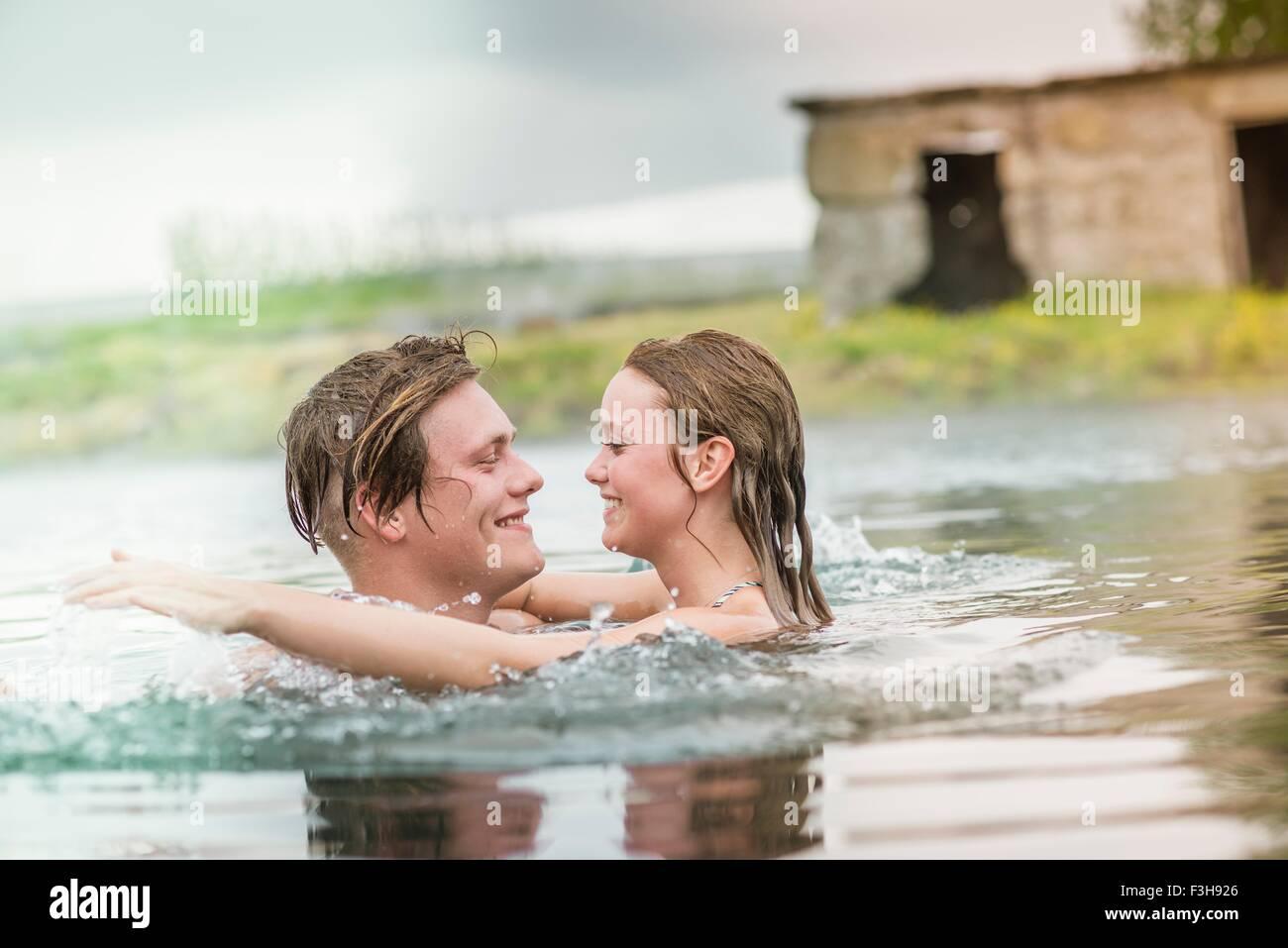 Romantische junges Paar planschen im Secret Lagoon Thermalquelle (Gamla Laugin), Fludir, Island Stockbild