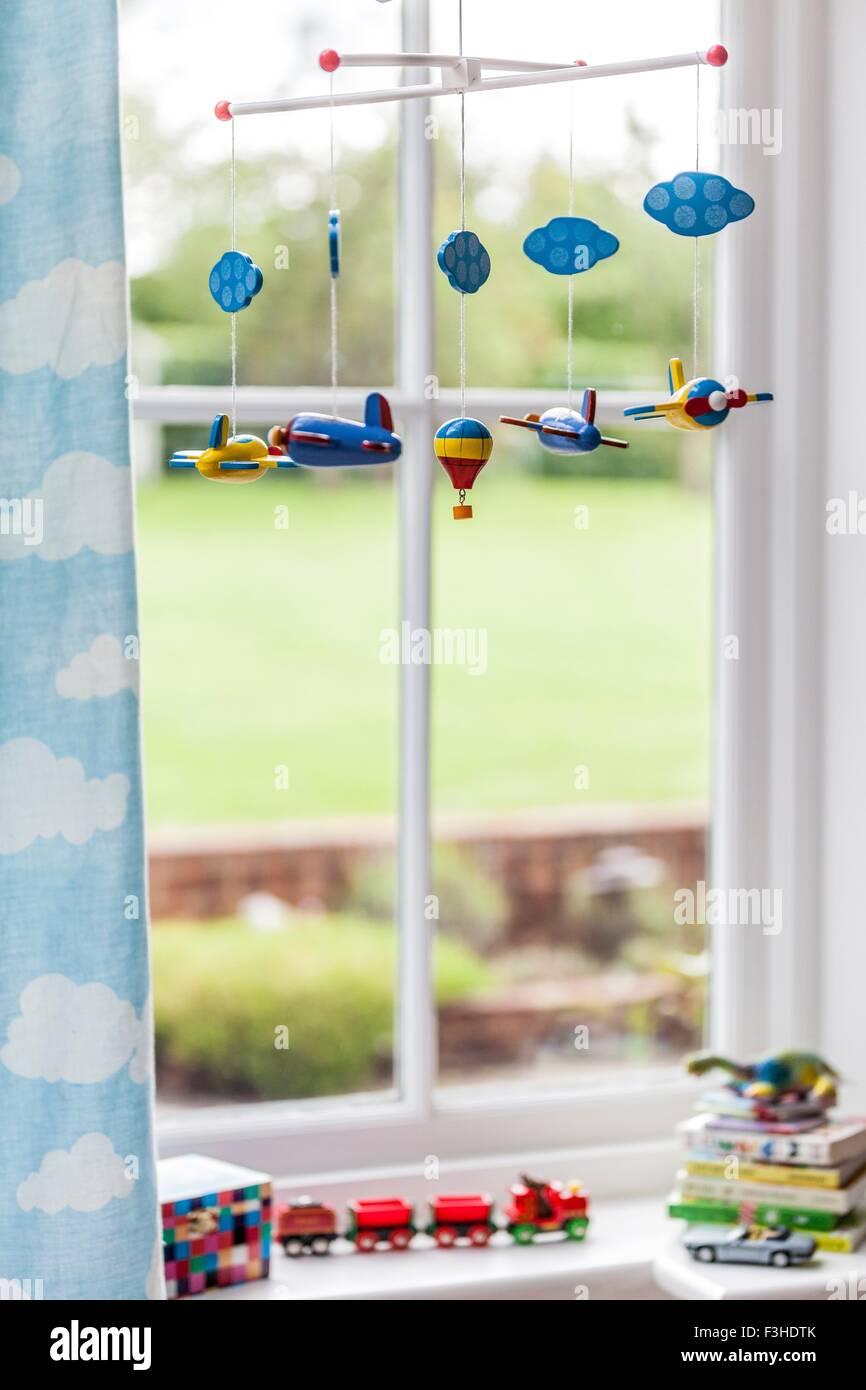 Spielzeugflugzeug mobile Childs Schlafzimmer Fenster Stockbild