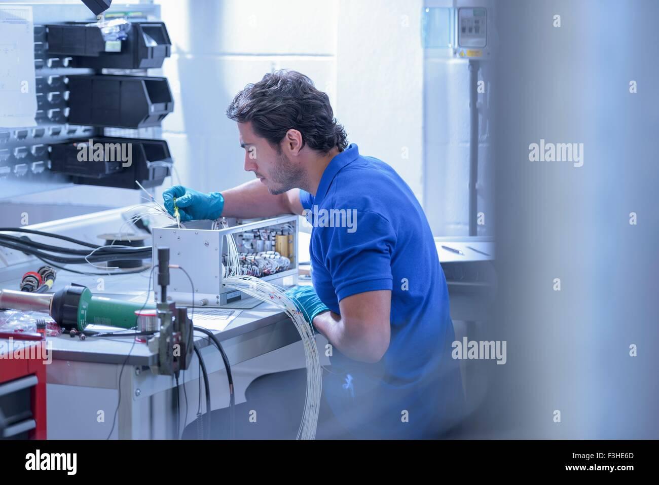 Arbeiter, die Montage der Elektronik in der Elektronik-Fabrik Stockbild