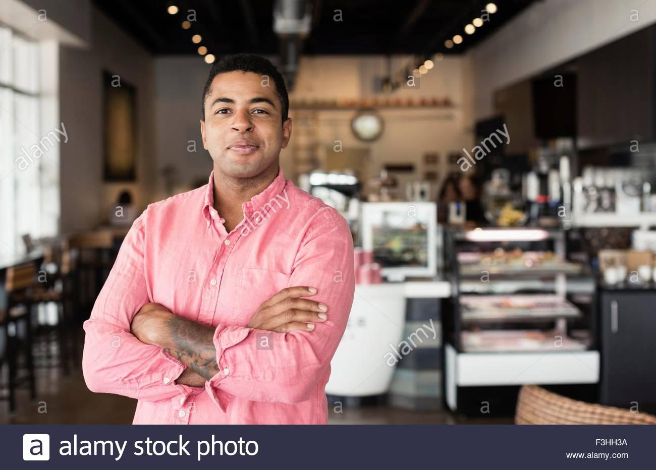 Porträt des jungen Mannes in Coffee-shop Stockbild