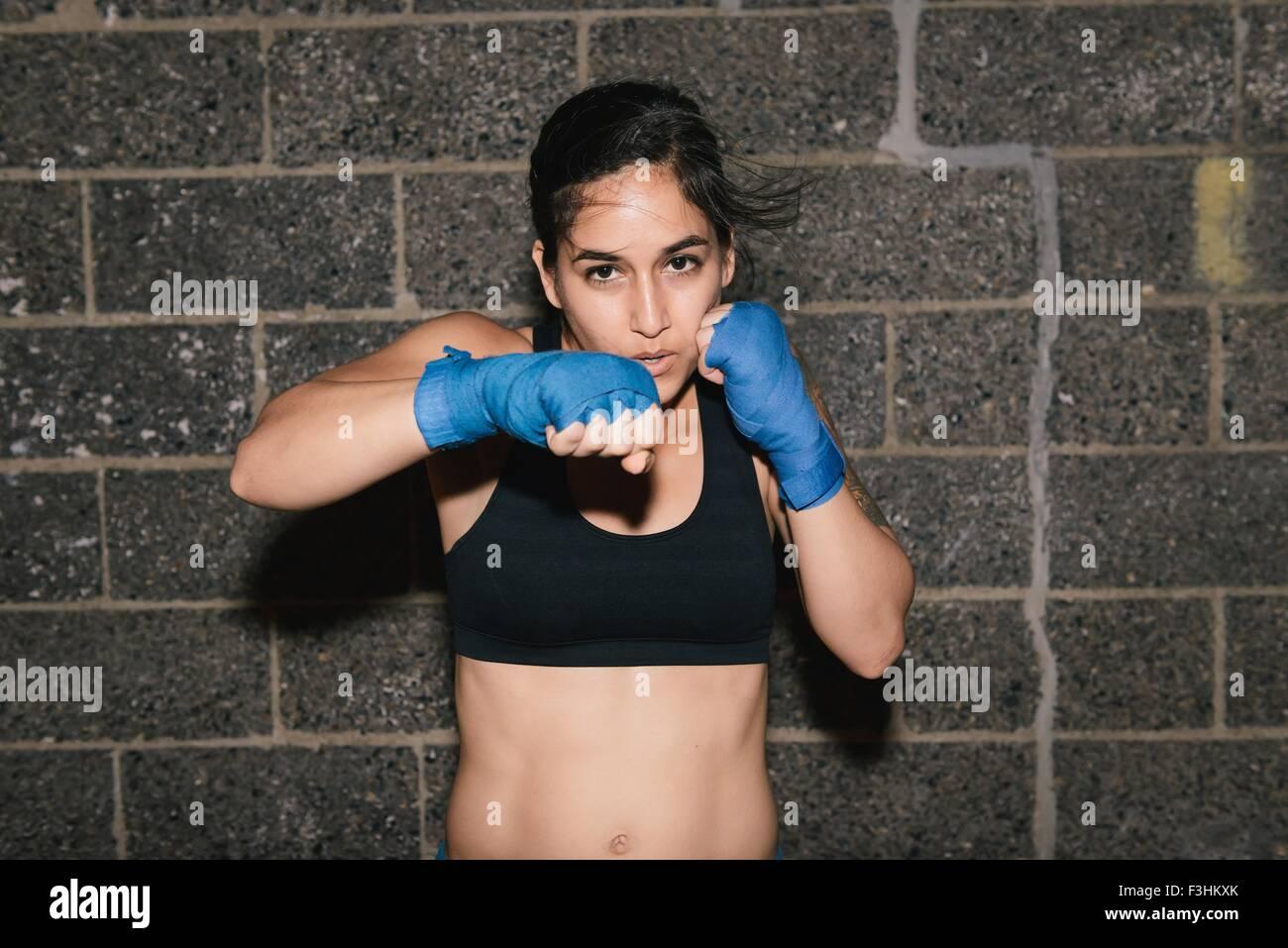 Eine junge Brünette Frau Ausübung und Boxen Stanzen in Richtung der Kamera Stockbild