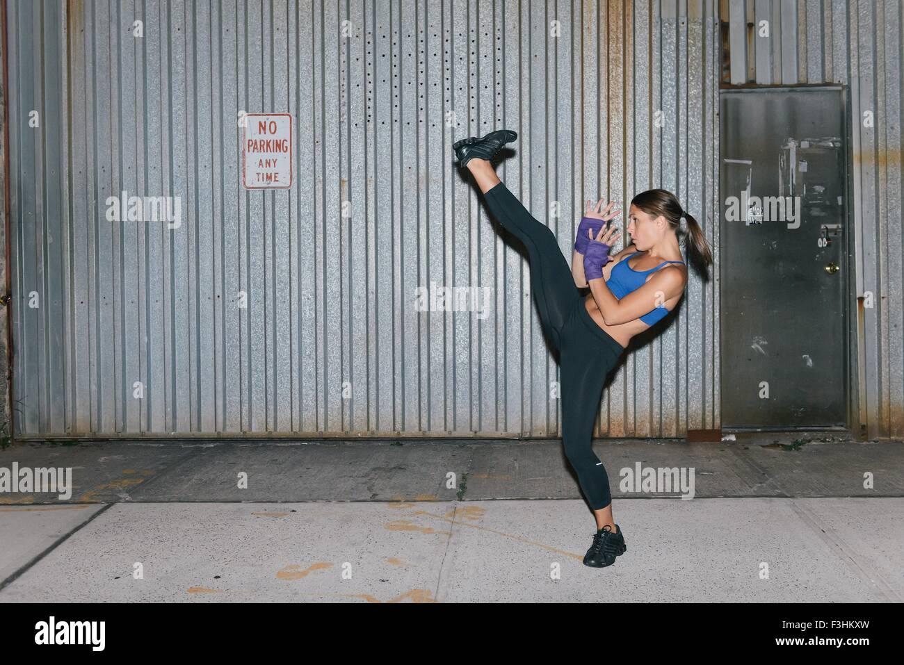 Eine junge Brünette Frau Ausübung und Boxen Stockbild