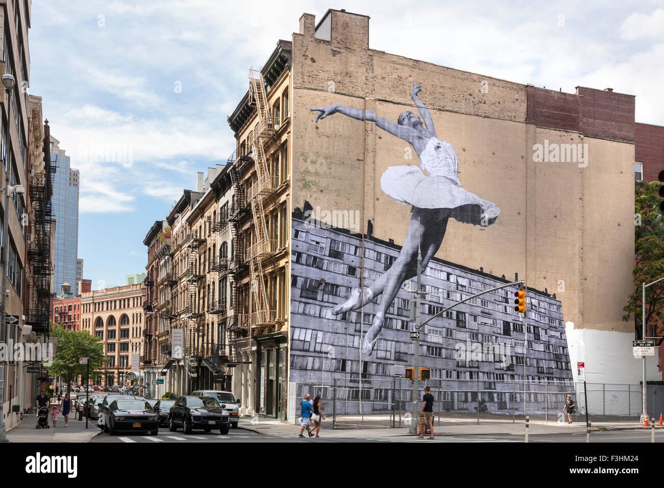 Wandbild der Ballerina Lauren Lovette, von Französisch Street Artist JR, an der Seite des Gebäudes bei Stockbild